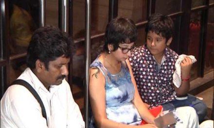 दिल्ली: गरीब बच्चों को खाना नहीं खिलाने पर रेस्टोरंट के बाहर महिला का धरना!
