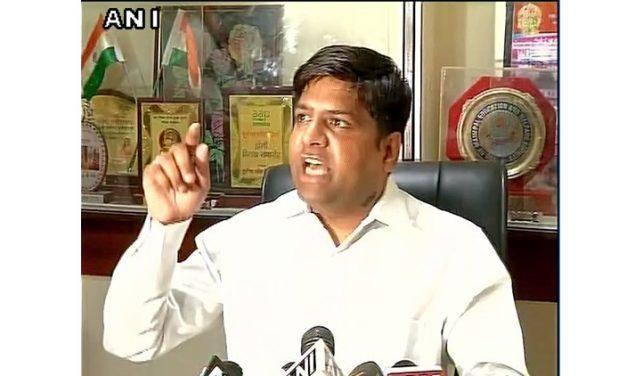 AAP MLA दिनेश मोहनिया को प्रेस कांफ्रेंस के बीच उठा ले गई दिल्ली पुलिस, गैर-जमानती धाराएं लगीं