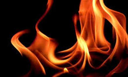 सरकारी कालोनी में अचानक आग ,घर के मालिक ने  खुद ही घर को जला डाला
