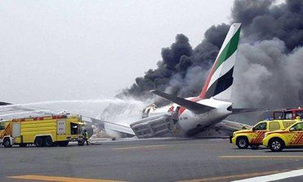 एमिरेट्स का विमान दुबई में उतरते समय दुर्घटनाग्रस्त