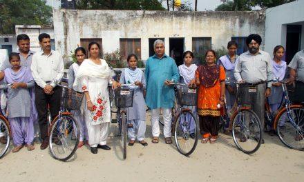 तीक्षण सूद ने छात्राओं को साइकिल वितरित किए।