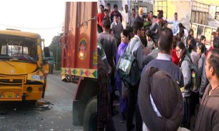 खड़े ट्रक से टकराई ट्रिनिटी स्कूल की बस, बाल-बाल बचे बच्चे