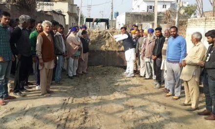 सडक़ पर मिट्टी डलवा कर डा. राज ने इलाका निवासियों को दी बड़ी राहत
