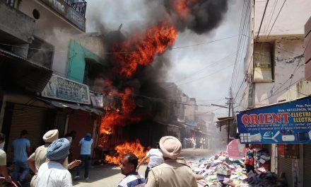 टांडा में कपड़ों की दुकान में लगी आग लाखों का नुकसान