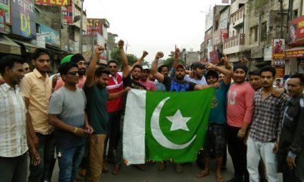 बाला जी क्रांति सेना ने जलाया पाकिस्तान का झंडा