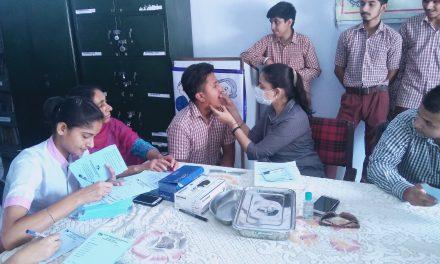 डॉ सुखमीत ने  सेंट सोल्जर स्कूल के बच्चों के दांतों की जाँच