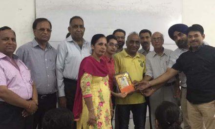 सेवा भारती ने मेधावी छात्रा अर्पनदीप को किया  सम्मानित