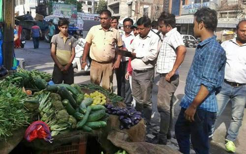 नगर निगम की  मुहिंम- तहबाजारी टीम ने दुकानदारों के चालान काटे व समान कब्जे में लिया ।