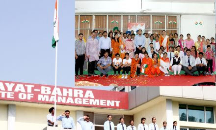 रयात बाहरा में स्वतंत्रता दिवस दौरान डॉ.चंद्र मोहन ने फहराया तिरंगा