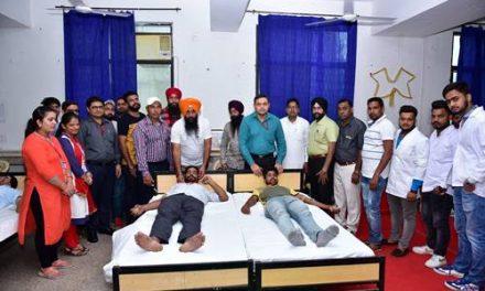 डॉ.चंद्र मोहन ने किया रयात बाहरा में आयोजित रक्तदान कैंप का उद्घाटन
