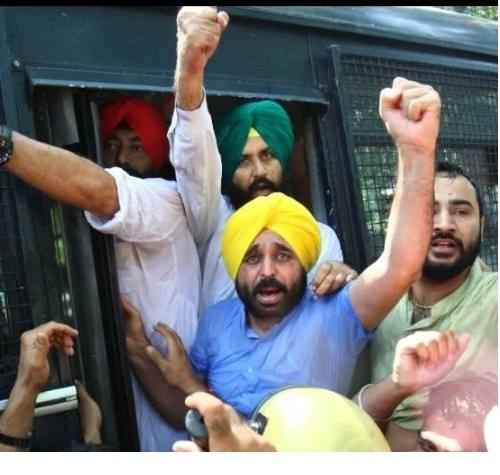 'आप' नेताओं पर टूटा पुलिसिया कहर, पानी के साथ आंसू गैस के गोले भी बरसाए