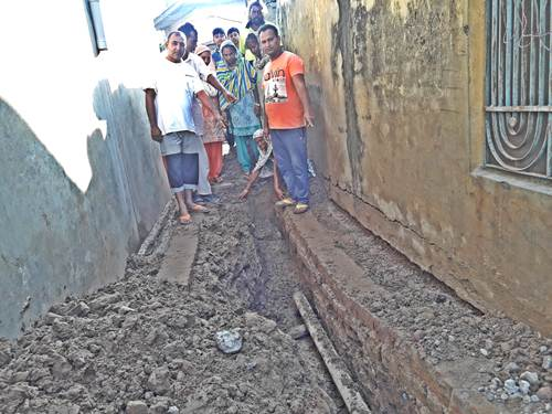 जल विभाग सोया कुंभकरनी नींद- पानी की पाइपें हुई लीक ,घरों की नींवें नीचे धसी