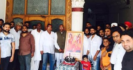 केक काट कर मनाया भगवान वाल्मीकि जी का प्रकटेत्सव