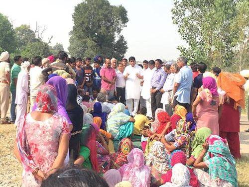 रेलवे फाटक बंद करने के विरोध में गांववासियों ने दिया रेलवे ट्रैक पर धरना