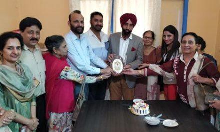 समाजसेवी अजविंदर सिंह ने सांझी रसोई में अपना जन्मदिन मनाया ।