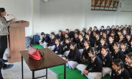 डॉ. सुखमीत ने जैनडे बोर्डिंग स्कूल की छात्राओं को किशोरावस्था दौरान होने वाले बदलावों के बारे जानकारी दी