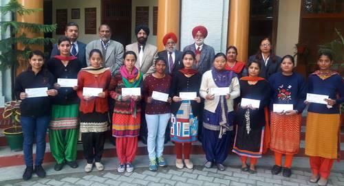 खालसा कालेज के मेधावी छात्रों को प्रिं.हरभजन सिंह यादगारी छात्रवृति राशि प्रदान की ।