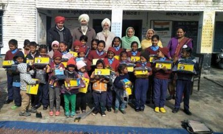 समाज सेवी चरणजीत व् सुरिंदर कौर ने बच्चों को बूट व् जर्सियां भेंट की