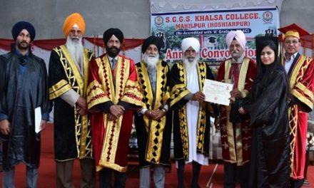 खालसा कालेज माहिलपुर में दीक्षांत समारोह दौरान 1020 छात्रों को डिग्री बांटी गई ।
