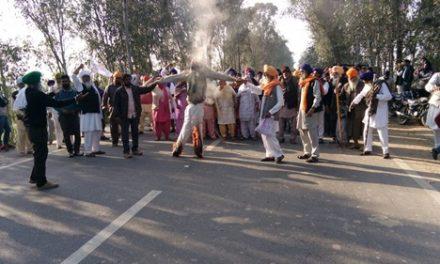 किसानों को मालकी दिलाने की मांग को लेकर पुतला फूंक कर रोष प्रदर्शन