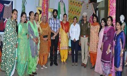 खालसा कालेज माहिलपुर में फैशन डिजाइनिंग  विभाग ने कपड़ों की प्रदर्शनी लगाई