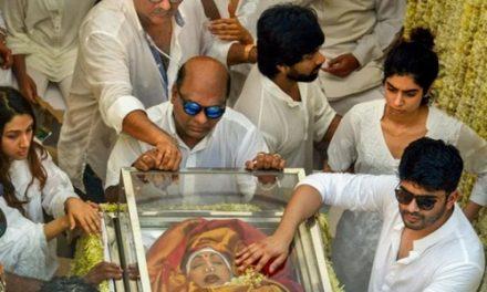 अलविदा: अनंत की चांदनी में लीन हुई श्रीदेवी, पति बोनी कपूर ने दी पार्थिव शरीर को मुखाग्नि
