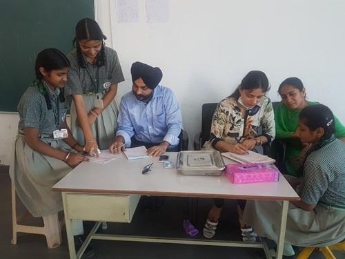 डॉ. रुपिंदर व डॉ. सुखमीत बेदी ने संत बाबा हरी सिंह मॉडल स्कूल के बच्चों के दांतों का किया  निशुल्क निरीक्षण।