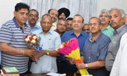 पंजाब प्रदेश व्यापार मंडल होशियारपुर ने कैबिनेट मंत्री अरोड़ा को किया सम्मानित