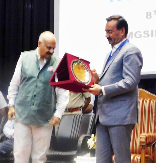 पंजाब के राज्यपाल ने रयात बाहरा ग्रुप के चेयरमैन गुरविंदर बाहरा को सम्मानित किया ।