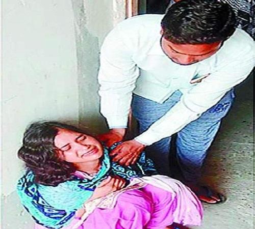 जेठ ने भाई की पत्नी से मारपीट कर घर के सामान को लगाई आग