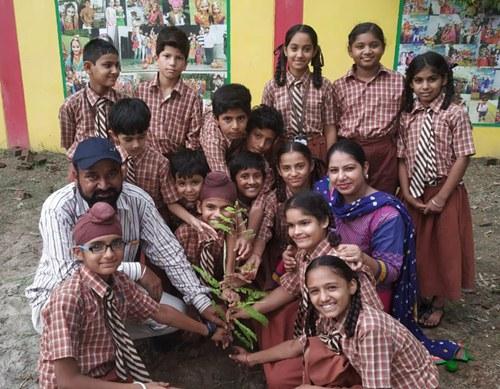 सरकारी स्कूल झांस में पौधारोपण कर वनमहोत्सव मनाया गया ।