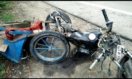 मोटरसाइकिल ट्राली और टूरिस्ट बस की आमने सामने टक्कर में दो युवकों की मौत….बस चालक फरार ।