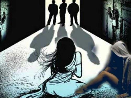 महिला से बलात्कार करने पर तीन व्यक्तियों पर मामला दर्ज