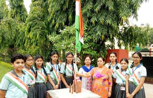 एसएवी जैन डे बोर्डिंग स्कूल में  स्वतंत्रता दिवस पर डीन सुनीता दुग्गल ने झंडा फहराया