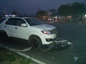 फार्चूनर गाड़ी की चपेट में आये मोटरसाइकिल सवार , गंभीर घायल