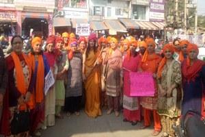 मीनू सेठी ने रानी लक्ष्मीबाई की भेषभूषा में स्कूटर रैली का किया नेतृत्व