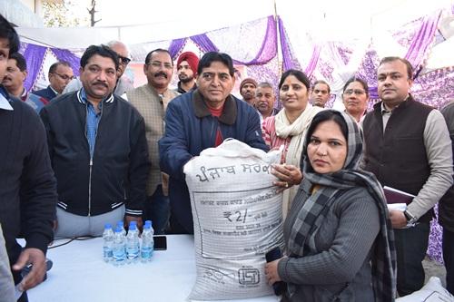 कैबिनेट मंत्री अरोड़ा ने गांव आदमवाल में स्मार्ट राशन कार्ड लाभार्थियों को गेहूं वितरण की करवाई शुरुआत
