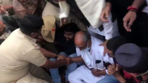 दिग्विजय सिंह बाग़ी विधायकों से मिलने पहुंचे, पुलिस ने किया अरेस्ट: