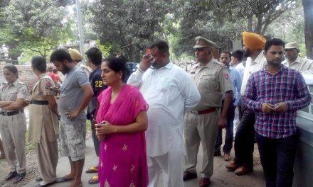 पूर्व विधायक शिंगारा राम  सहूंगड़ा  का समान प्रशासन ने घर से  बाहर फिंकवाया