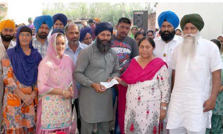बीबी जोश ने गांव जंडी के विकास के लिए 3.50 लाख रुपए की राशि के चैक बांटे।