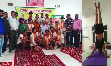 डा. अमन सूद ने 32 घन्टे 36 मिन्ट योग करके नया विश्व रिकार्ड अपने नाम किया