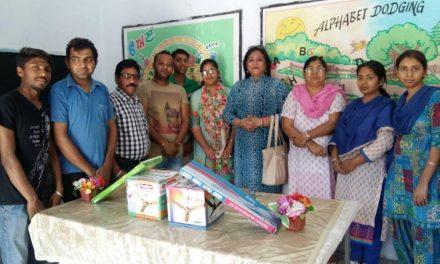 सेवादार समिति ने एलीमैंट्री स्कूल को पंखे भेंट किए