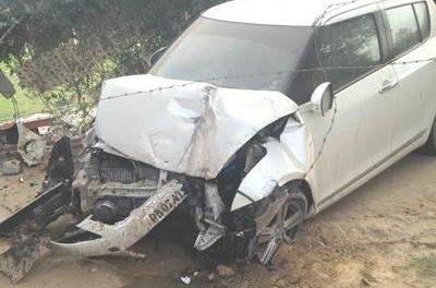 बेकाबू कार की पेड़ से टक्कर एक व्यक्ति जख्मी चालक फरार।