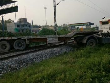 नींद में  ड्राइवर ने  ट्राला पहुंचाया रेलवे ट्रैक पर