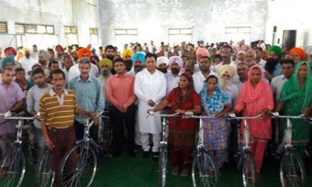 हलका विधायक तथा डिप्टी कमिश्नर ने मजदूर लाभपात्रियों को किया 93 साइकिलों का वितरण