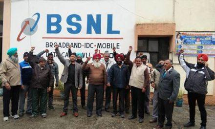 बीएसएनएल कर्मचारियों  ने केंद्र सरकार की  कर्मचारी विरोधी नीतियों  के खिलाफ रोष  प्रदर्शन