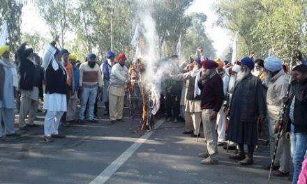 किसानों  ने सरकार का पुतला जला प्रदर्शन किया