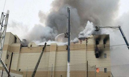 रूसः शॅापिंग मॉल में लगी भीषण आग, 64 की मौत, खिड़कियों से कूद लोगों ने बचाई जान