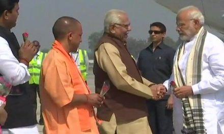 फ्रांस के राष्ट्रपति पहुंचे वाराणसी, PM मोदी ने किया स्वागत