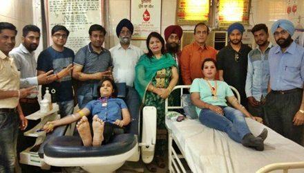 पूजा ने विवाह की वर्षगांठ पर और किरण ने पहली बार किया रक्तदान